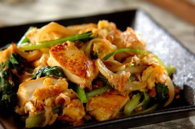 焼き色のついた豆腐と小松菜のチャンプルー(沖縄風炒め物)