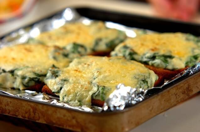 ホウレン草のグラタン風ピザトーストの作り方の手順6