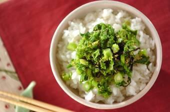 刻み菜の花の塩昆布和えのせご飯