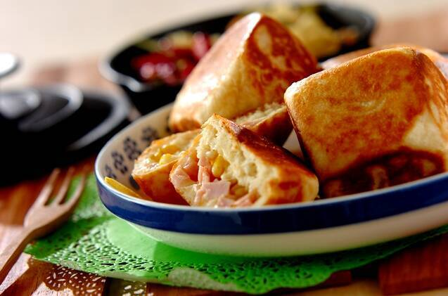 具材の入った断面が見えるように盛られたパンがある食卓