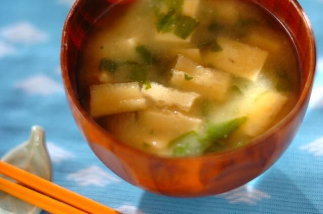 茶色いお椀に盛られた、セロリの葉と油揚げの味噌汁
