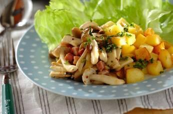 キノコと揚げジャガイモのホットサラダ