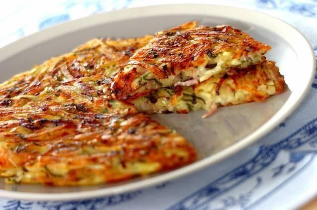 お皿に盛り付けた大葉とチーズの和風ガレット