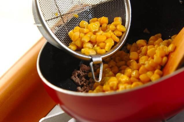 コーンとひき肉のバターじょうゆ炒めの作り方の手順3