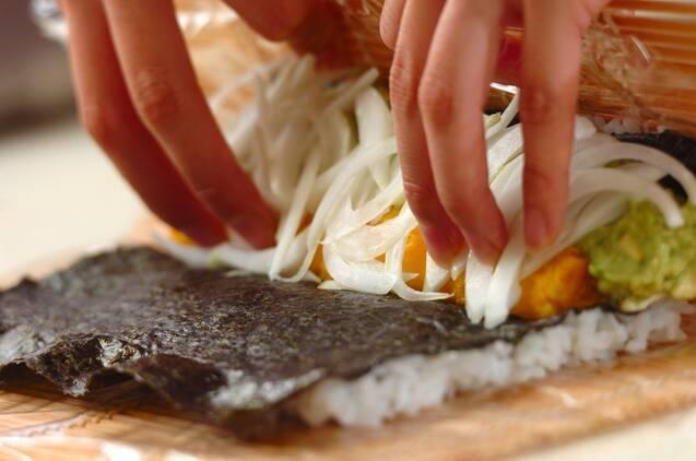 アボカドとエビの裏巻き寿司の作り方の手順4