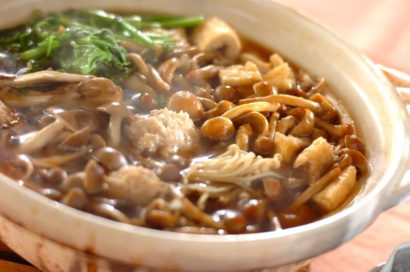 エノキ、シメジ、舞茸などきのこ類とせりが入った鍋