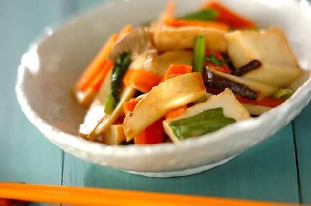 白いお皿に盛られた厚揚げとエリンギの炒めもの