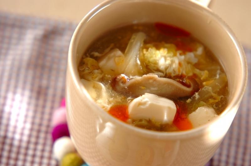 クリーム入りの器に入った、白菜と豆腐の酸辣湯