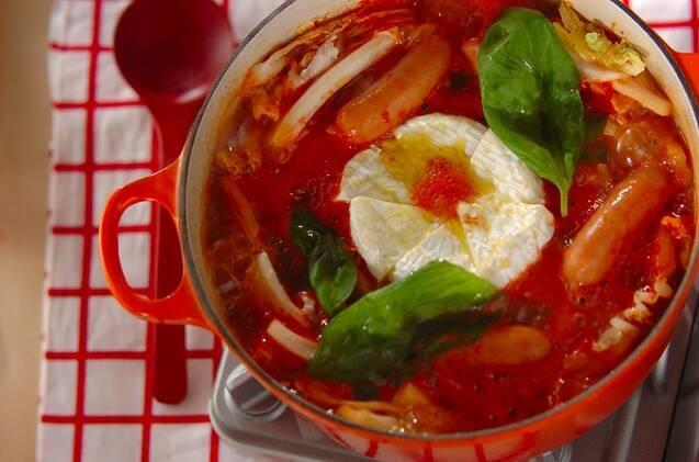 カマンベールチーズ、白菜、ソーセージ、豚バラのトマト鍋