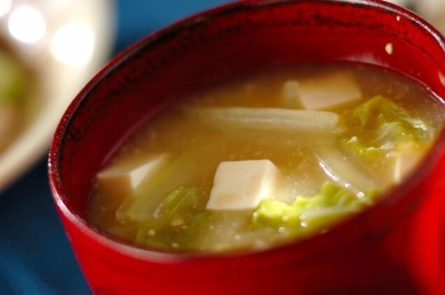 赤いお椀に注がれた、白菜と豆腐の味噌汁