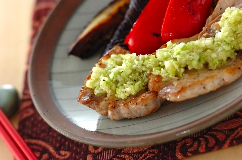 豚肉のソテーとネギだれと付け合わせの焼き野菜