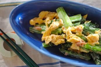 小松菜と炒り卵の梅マヨ和え