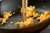 小松菜と炒り卵の梅マヨ和えの作り方2