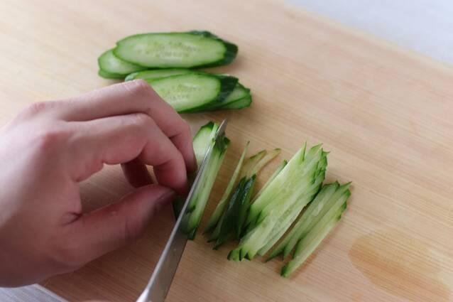 蒸し鶏きゅうりの冷製ごまだれパスタの作り方の手順1