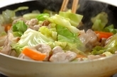 春キャベツと豚のゴマみそ炒めの作り方1