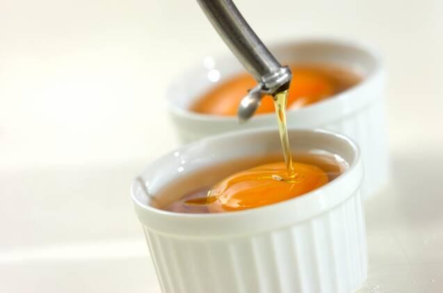 卵のココット焼き グリュイエールチーズとハーブの香りの作り方の手順2