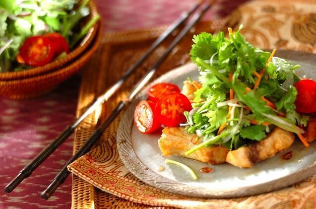 グレーの皿に盛られたメカジキのエスニックサラダ