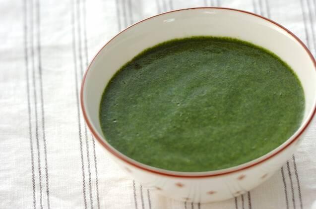 お椀に盛られた緑のスープ