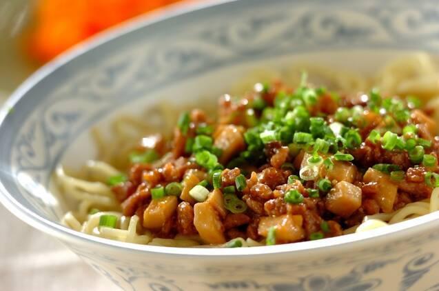 ねぎの小口切りをちりばめたジャージャー麺