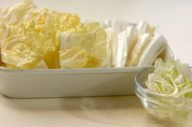 白菜とネギのみそ汁の作り方の手順1