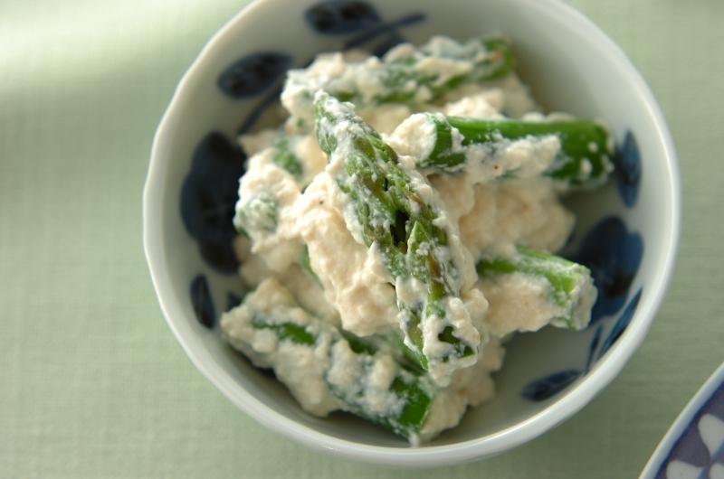 和食器に盛られたグリーンアスパラの白和え