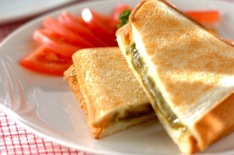 皿に盛られたスライストマトととろろ昆布とチーズのホットサンド
