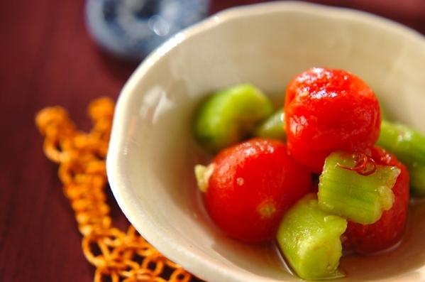 白いお皿に盛られたきゅうりとトマトの甘酢漬け