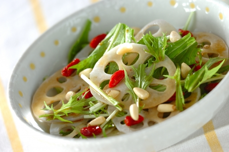 れんこんと水菜の中華サラダが深皿に盛り付けられている様子