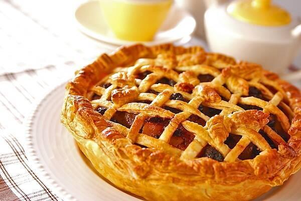 白く丸い皿に盛られたアップルパイ