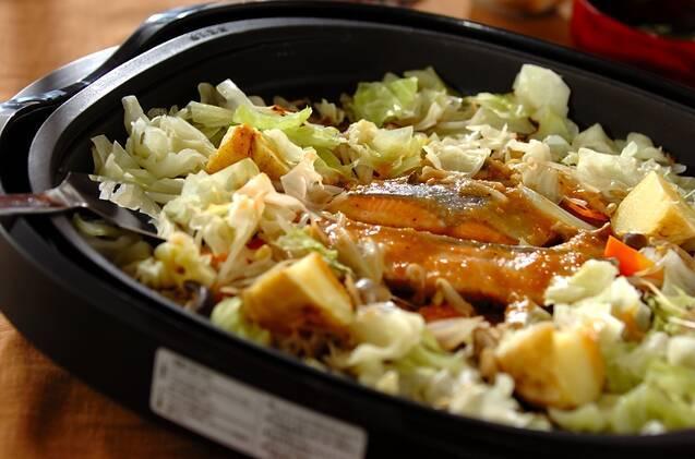ホットプレートで調理した鮭とキャベツのちゃんちゃん焼き