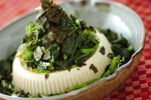 豆腐にモロヘイヤとのりをのせたサラダ