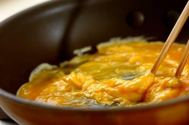 アボカドと卵のソテーの作り方の手順3