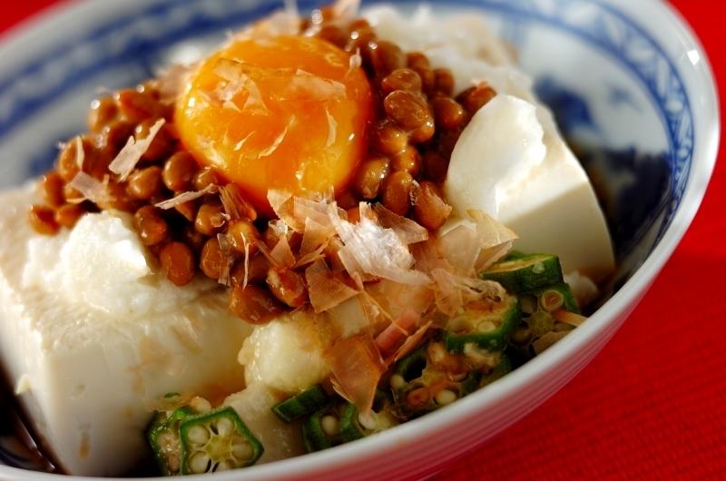 6. 卵黄とネバネバのせスタミナ豆腐