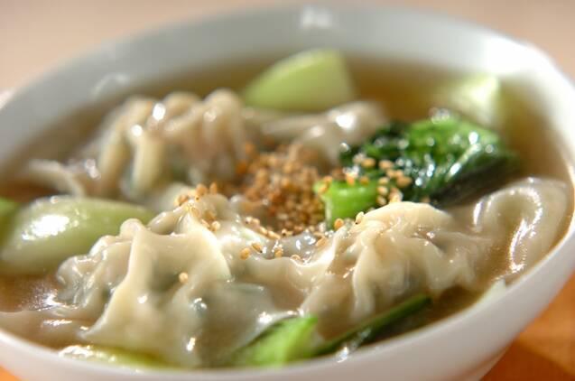 白いスープボウルに入った野菜たっぷり水餃子のスープ