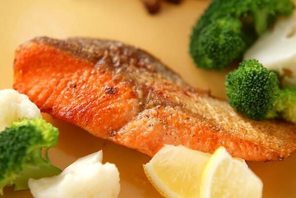 サケをのムニエルと付け合わせの野菜