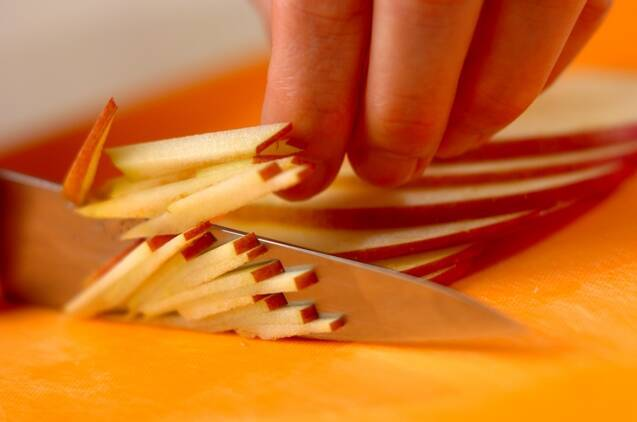 カブとリンゴのコールスローサラダの作り方の手順1