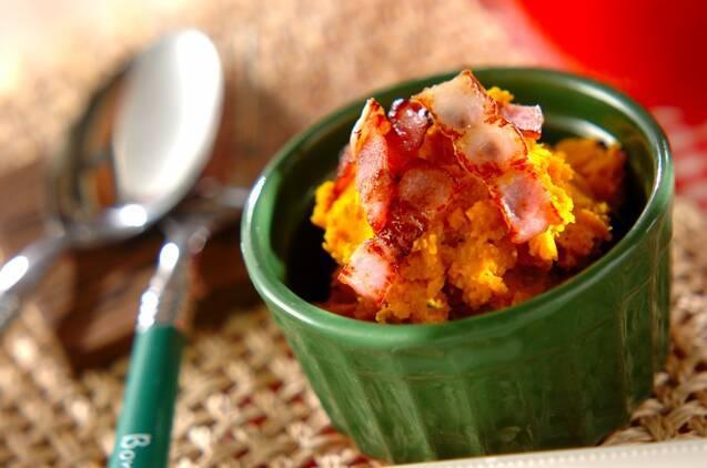カリカリに炒めたベーコンと潰したかぼちゃを豆乳、マヨネーズで和えたなめらかなサラダ。