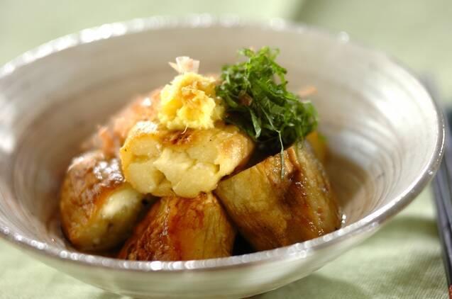 焼きなすに生姜と大葉を盛り付けたひと皿
