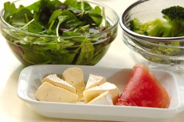 生ハムとカマンベールのサラダの作り方の手順1