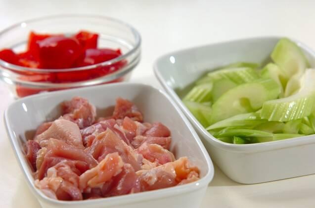 鶏肉とセロリのナンプラー炒めの作り方の手順1