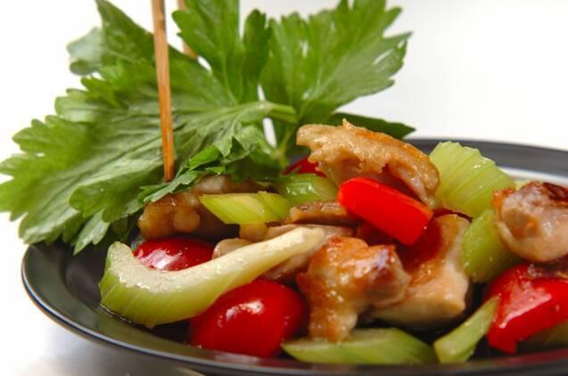 鶏肉とセロリのナンプラー炒めの作り方の手順3