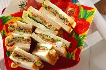 具だくさん卵焼きのサンドイッチ
