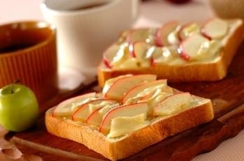 リンゴとカマンベールチーズのトースト