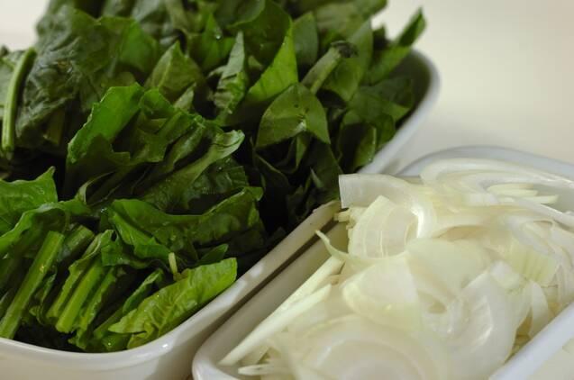 カニとホウレン草のトマトクリームパスタの作り方の手順1