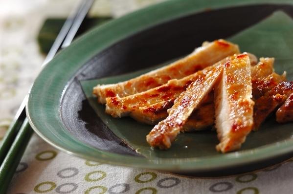 緑の食器に盛られた、豚肉の西京焼き