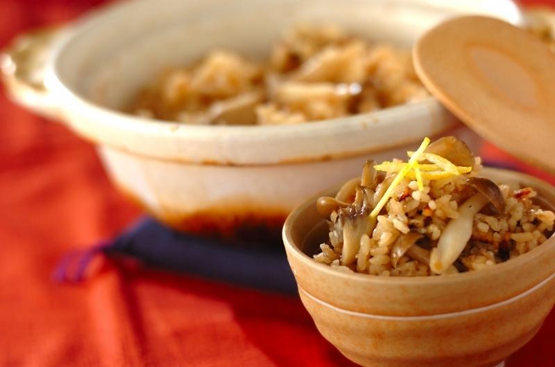 土鍋とお茶碗に入ったきのこの炊き込みご飯
