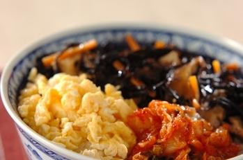 ヒジキ・キムチ・炒り卵の三色丼