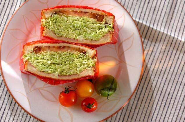 チーズ・ベーコン・キャベツが挟まったサンドイッチの断面