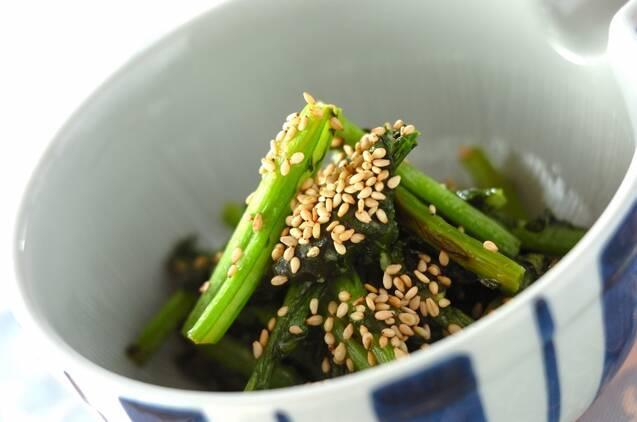 生姜と味噌で味付けするかぶの葉の炒め物