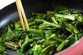 ご飯のお供に カブの葉のショウガみそ炒めの作り方2